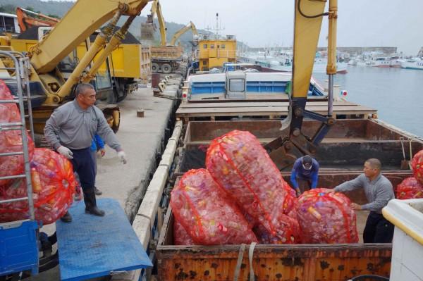 近年小琉球觀光盛行,島上七百多家民宿產生的垃圾,嚴重破壞家鄉海洋生態,因著對家鄉土地的熱愛,小琉球慈濟人全年無休做環保,同時推動當地居民與遊客落實塑膠減量。(佛教慈濟慈善事業基金會提供)