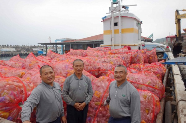 當地居民洪大華(左)與許玉政(右)從漁船轉戰貨船,和陳壽山(中)一同為小琉球的環境盡一分力。(佛教慈濟慈善事業基金會提供)