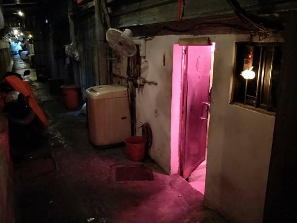 基隆鐵路街艷窟「崔姬」最後一間店,被基隆警方查獲引進6 名假觀光來台來台賣淫的泰國女子。(記者林嘉東翻攝)