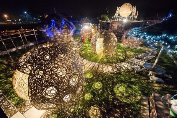 集集鎮鄉土燈會去年首度推出和平田園藝術燈區,璀璨光影光雕,大獲好評。(集集鎮公所提供)