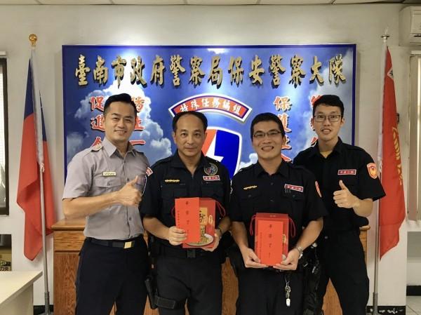 台南市保大副大隊長張翊雋(左一)是這次「抗命行動」的首功。(記者王捷翻攝)