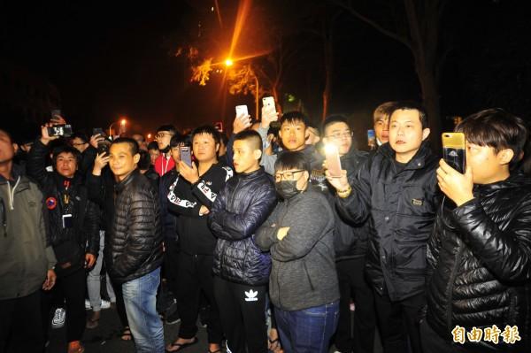 警方攔下飆車族時,湧上一群人開直播。(記者王捷攝)