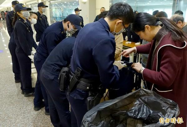 航警持續針對自中、港、澳來台班機旅客進行手提行李防疫檢查及宣導。(記者朱沛雄攝)