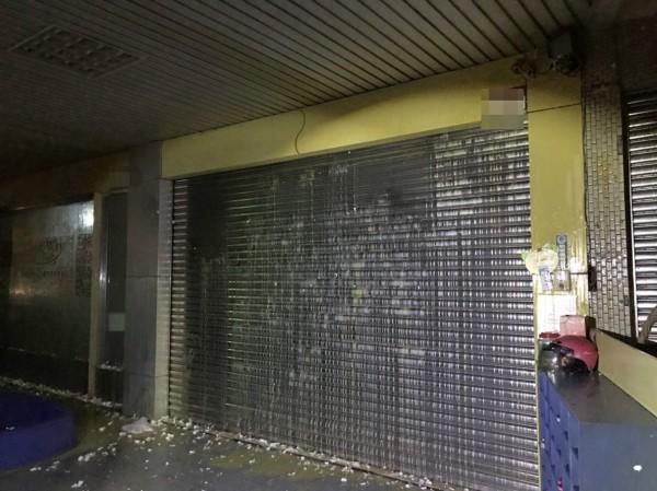 員林市某托嬰中心晚間遭惡煞蛋洗,鐵門滿是破碎蛋殼、蛋液。。(記者陳冠備翻攝)