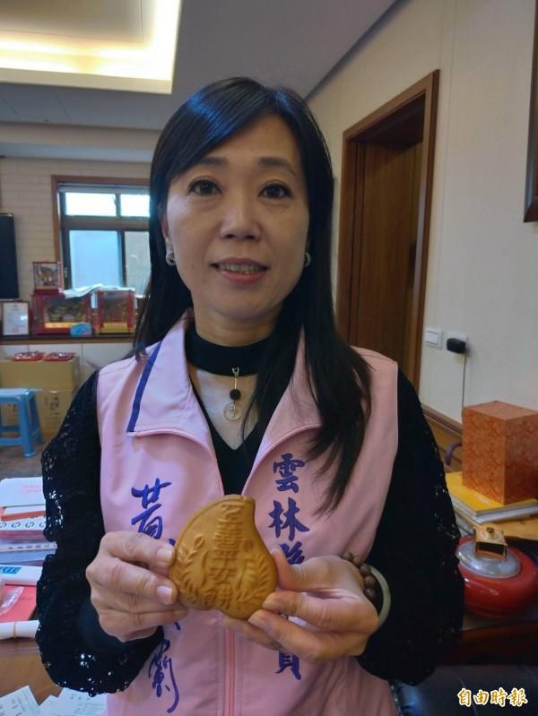 雲林縣議員黃美蘭為白沙屯媽祖送上至善平安餅。(記者廖淑玲攝)