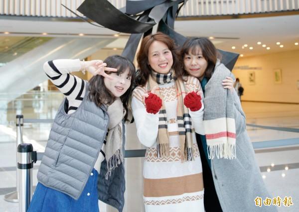 低溫來襲,中國醫藥大學新竹附設醫院提醒民眾,穿上背心、繫上圍巾或領巾可有效保暖,避免著涼受風寒。(記者蔡孟尚攝)