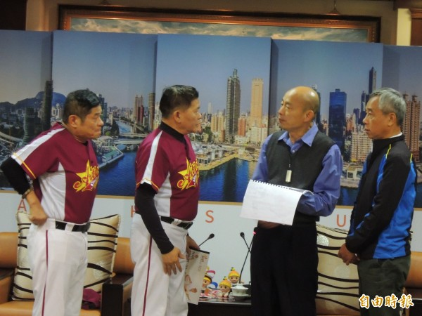 澎恰恰與許效舜邀請韓國瑜為向陽盃公益棒球賽開球。(記者王榮祥攝)
