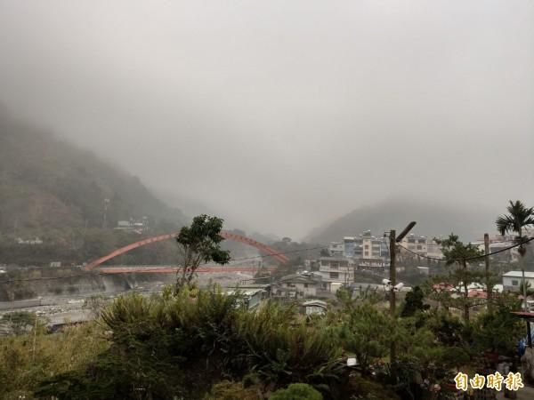 空勤直升機原定下午第三度前往信義山區吊掛比基尼登山客遺體,但因天氣轉壞,起飛後被迫返航。(記者劉濱銓攝)
