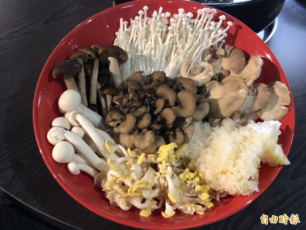 「鴻運百菇烏骨雞」可以加入新鮮菇類一起吃,養生又健康。(記者歐素美攝)