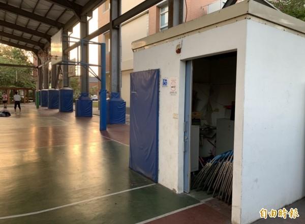 烏日光德國中風雨操場內的籃球場,竟在場地一角蓋了一間無障礙廁所,還出現3分線、邊線畫在廁所內的奇觀。(記者陳建志攝)