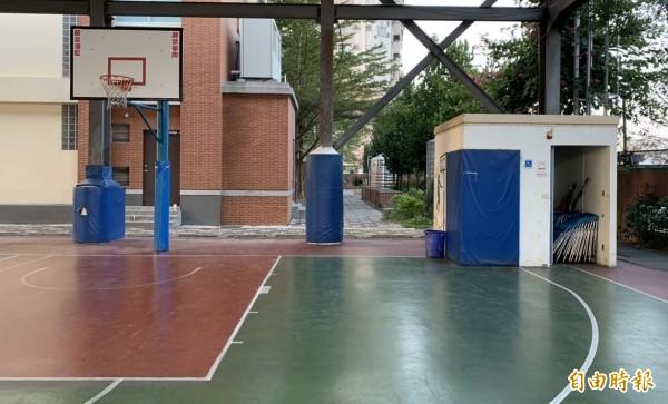 烏日光德國中風雨操場內的籃球場,竟在場地一角蓋了一間無障礙廁所,危及學生打球安全,市議員吳瓊華要求市府協助拆除。(記者陳建志攝)
