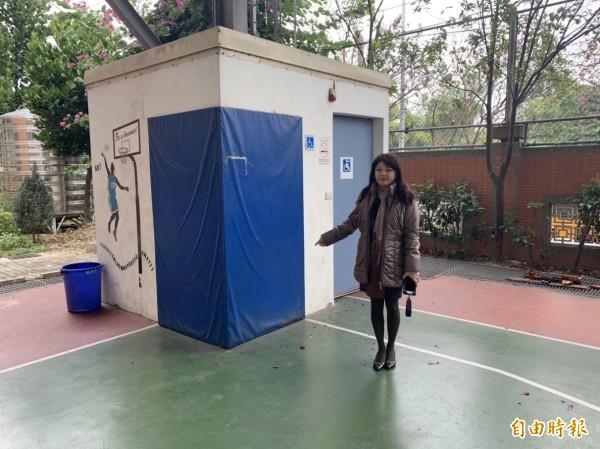 烏日光德國中風雨操場內的籃球場,竟在場地一角蓋了一間無障礙廁所,危及學生打球安全,市議員吳瓊華今天要求市府協助早日拆除。(記者陳建志攝)
