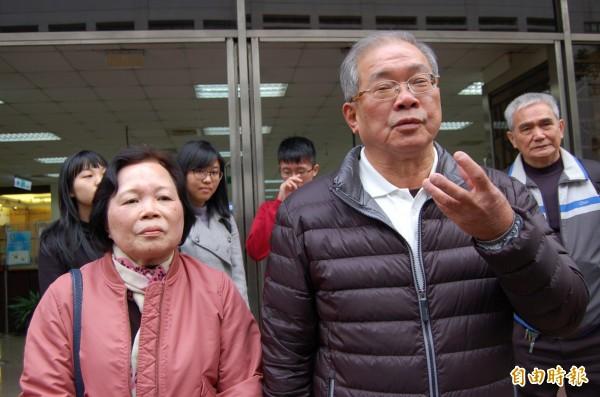 蘇炳坤今聲請刑事補償445.5萬元,感嘆「再多的錢,也彌補不了失去的青春」;左為太太陳色嬌。(記者楊國文攝)
