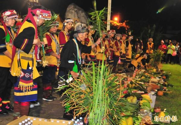 國寶級的噶瑪蘭族巫師Ibay潘烏吉阿嬤(著黑色衣服),去年十月參加撒奇萊雅族火神祭,現場也帶領年輕人一起祭拜祖靈。(記者花孟璟攝)