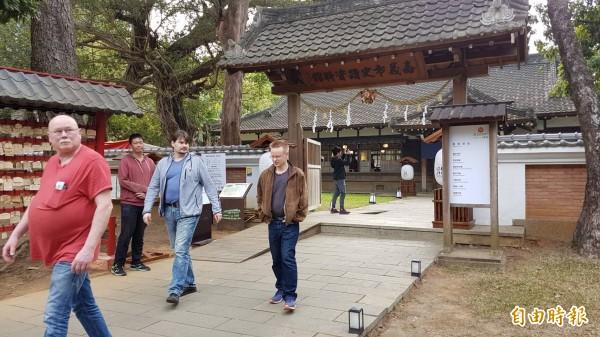 「昭和J18」試營運期間吸引外籍遊客造訪。(記者丁偉杰攝)