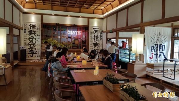 昭和J18餐飲特區提供在地特色農產食材套餐及咖啡、甜點。(記者丁偉杰攝)