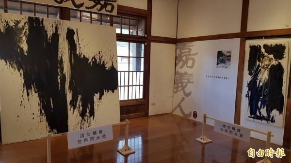 昭和J18藝術特展區展出邱秉恆老師書法。(記者丁偉杰攝)