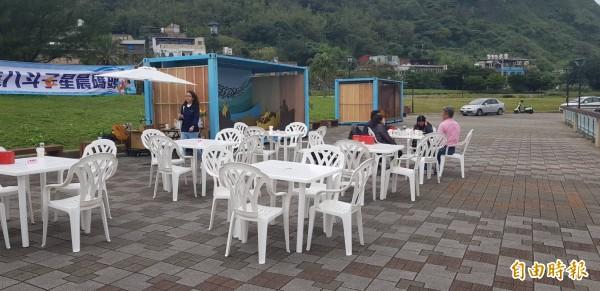 基隆市八斗子晨星碼頭邊,最近出現貨櫃裝置藝術,國立台灣海洋大學文創系學生參與創意設計,讓民眾感受到海洋文化的另一面。(記者俞肇福攝)