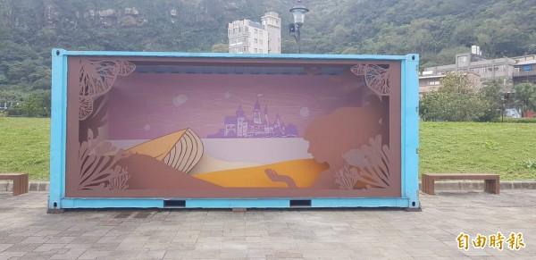 基隆市八斗子晨星碼頭邊,最近出現貨櫃裝置藝術,圖為國立台灣海洋大學文創系學生梁雅絜設計的50赫茲的眼淚。(記者俞肇福攝)