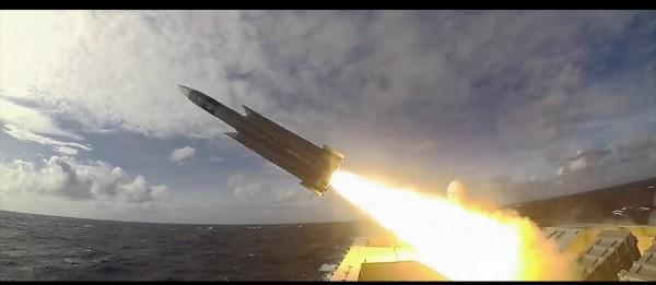 沱江軍艦發射雄三飛彈畫面。(圖:取自國防部臉書專頁)。