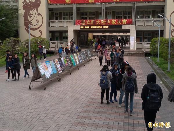 大學學測第二天,考生考完最後一科自然,紛紛步出教室。(記者蔡亞樺攝)