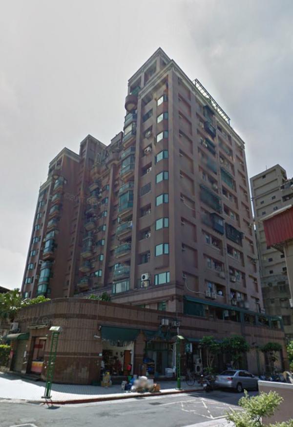 北市內湖區新明路498巷這棟大樓,今天傍晚發生男童墜樓意外,所幸男童性命無礙。(記者陳恩惠翻攝google map)