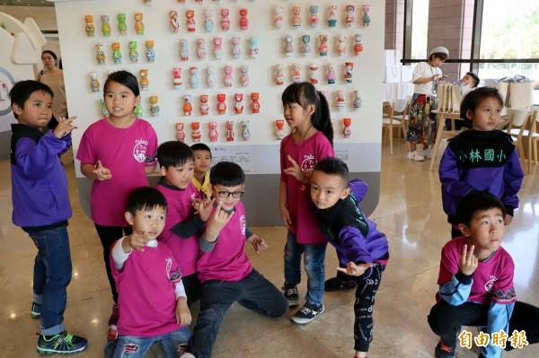 全班同學彩繪「感動豬」。(記者黃旭磊攝)