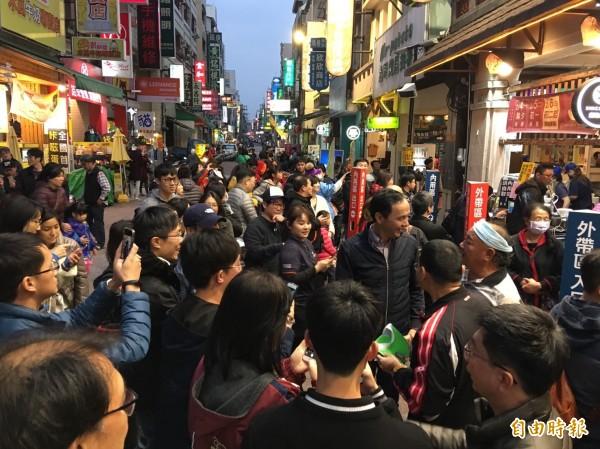 前新北市長朱立倫今晚到嘉義市中正路吃沙鍋魚頭,與民眾拍照。(記者王善嬿攝)