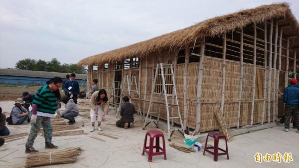 36位大小民眾協力為竹籠茨剖竹篾、編竹牆。(記者劉婉君攝)