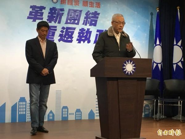 國民黨主席吳敦義與角逐立委補選失利的台北市議員陳炳甫同台現身,並感謝陳炳甫願為黨一戰。(記者林良昇攝)