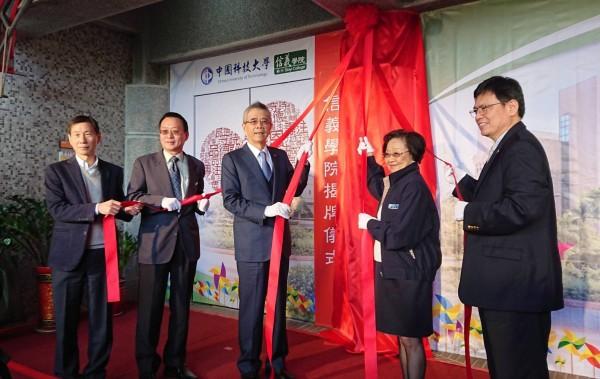 中國科技大學董事長上官永欽(右2)與信義企業集團董事長周俊吉(左3)簽訂創新產學合作計畫,並進行信義學院揭牌運作儀式。(記者廖雪茹翻攝)