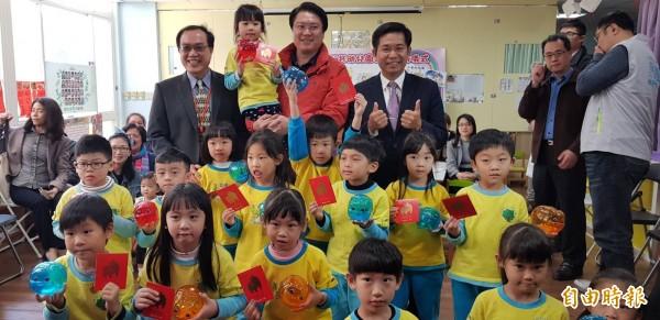 基隆市準公共幼兒園已有18個園所完成簽約,簽約比率達52.94%,教育部長潘文忠鼓勵基隆市民大膽結婚勇敢生。(記者俞肇福攝)