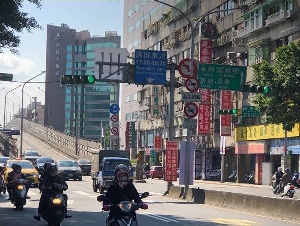 北市基隆路調撥車道今天起延長實施。(記者姚岳宏翻攝)