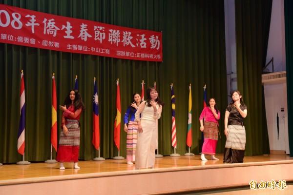 僑生穿著傳統服裝載歌載舞,一解思鄉愁。(記者洪臣宏攝)