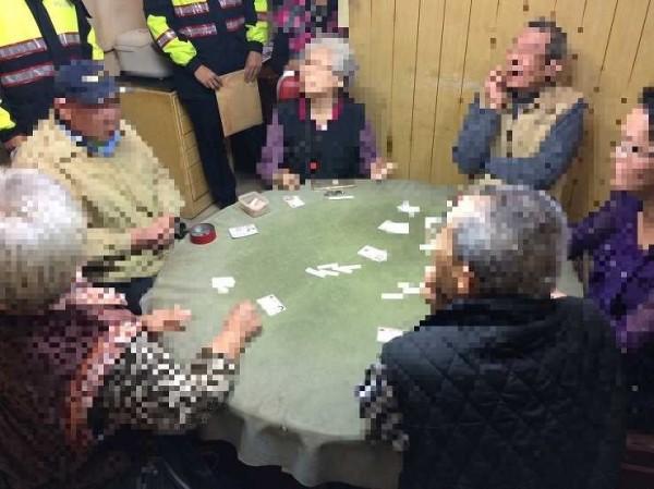 警方查獲賭客及賭資。(記者余衡翻攝)