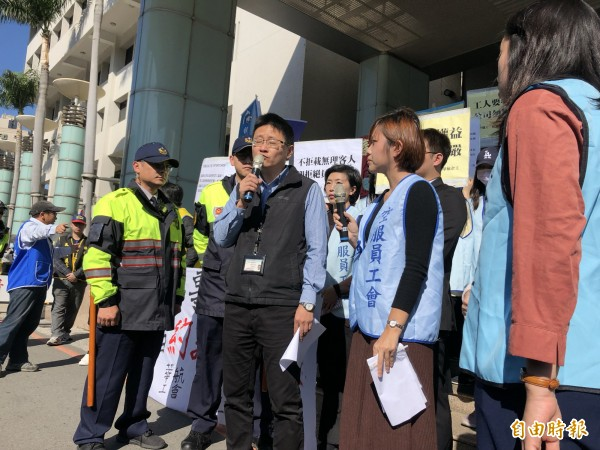 桃園市政府勞動局由勞資關係科長張哲航(左二)出面接受陳情書。(記者魏瑾筠攝)