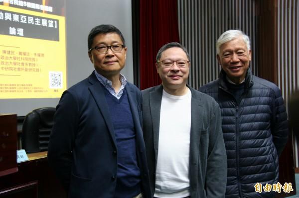 佔中三子、香港中文大學社會系副教授陳健民(左)、香港大學法律系副教授戴耀廷(中)與牧師朱耀明今來台出席座談會,分享佔中案受審過程。(記者彭琬馨攝)