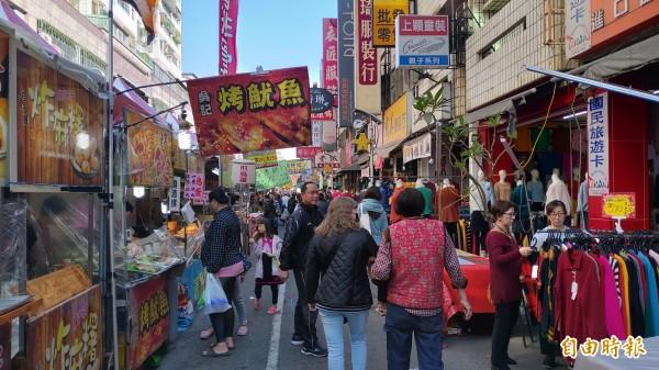 天津路年貨大街共有300個攤位。(記者張菁雅攝)