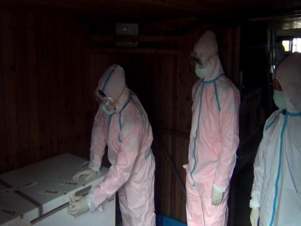 動植物防疫檢疫局人員進入船艙內消毒。(記者吳昇儒翻攝)