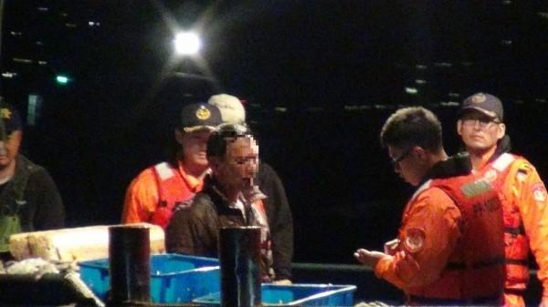 海巡隊員登上中國籍「閩晉漁05812」號檢查。(記者吳昇儒翻攝)