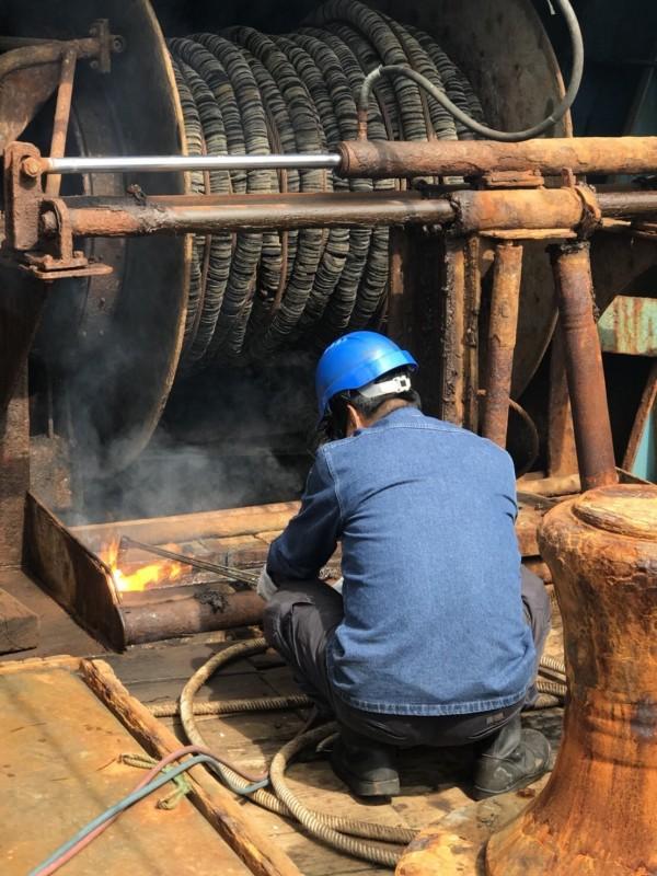 海巡隊員會同基隆市政府破壞中國籍「閩晉漁05812」號上的機具(記者吳昇儒翻攝)