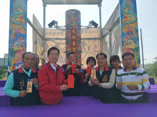 台南市清慈宮將於2月7、8日舉辦己亥年「千燈萬火、世代傳香」祭典,打造了一根高15尺3分(約4.5公尺)、直徑2尺7寸4分(約81公分)的「天香」。(記者邱灝唐攝)