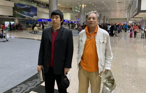滯留桃園機場已經125天的中國異議人士顔克芬(左)及劉興聯,昨日深夜合法入境,首次踏上中華民國的土地。(民眾提供)