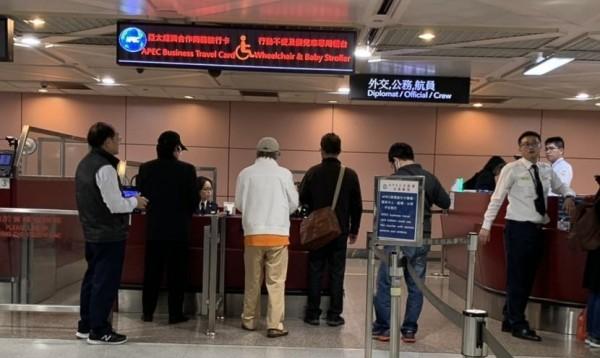 滯留桃園機場已經125天的中國異議人士顔克芬及劉興聯,昨日深夜合法入境,圖為通過移民署證照查驗檯情形。(民眾提供)