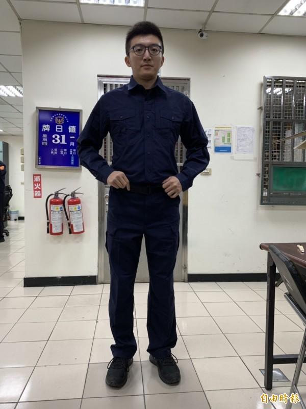 員警迫不及待試穿新制服直呼:「帥氣!」(記者湯世名攝)