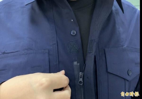 世紀大改版的警察新制服,特色之一是用拉鍊取代鈕扣。(記者湯世名攝)