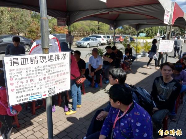 日友當鋪分享-民眾響應紫南宮捐血送錢母,就連平日也得排隊捐血。(記者劉濱銓攝)