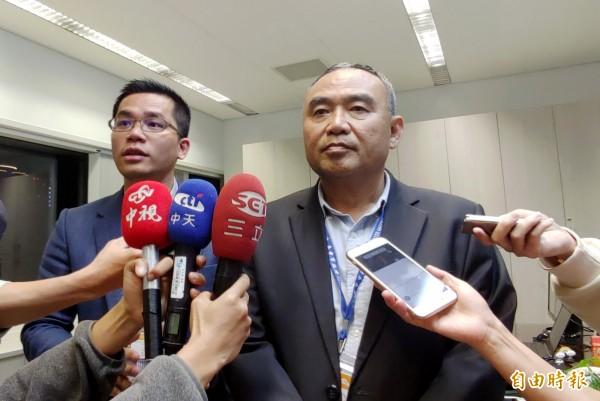 台中市政府新聞局長吳皇昇(左)、副秘書長陳如昌出面說明花博權利金事宜。(記者張菁雅攝)
