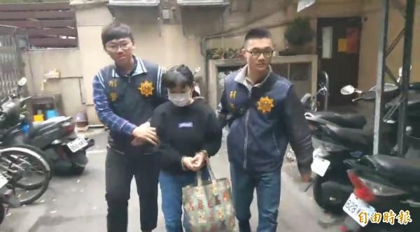 陳姓老婦人裝設隱形監視器,拍到替她賣菜的鄭姓婦人(中)堅守自盜。(記者吳仁捷攝)