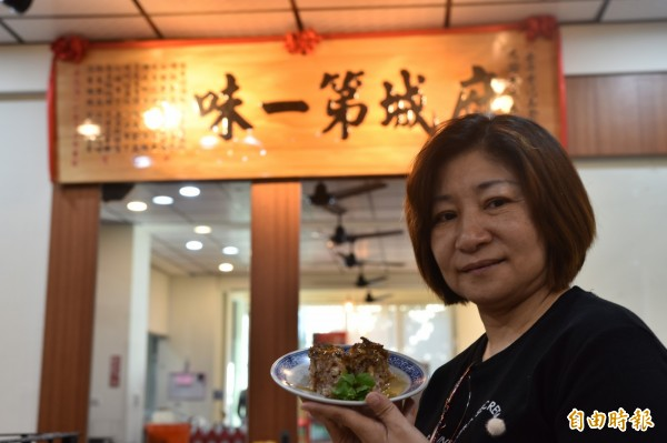 侯淑玲表示,芋粿是冷的,再加上溫熱的醬汁品嘗。(記者邱灝唐攝)